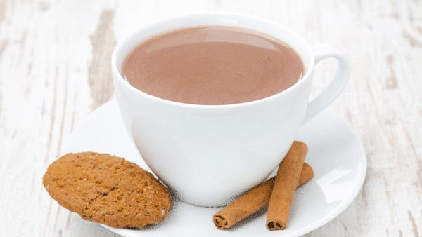 Taza de cacao y galletas integrales