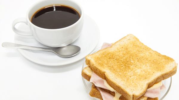 Café y sandwich de jamón y queso