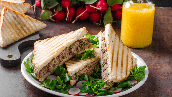 Sandwich de atún y zumo