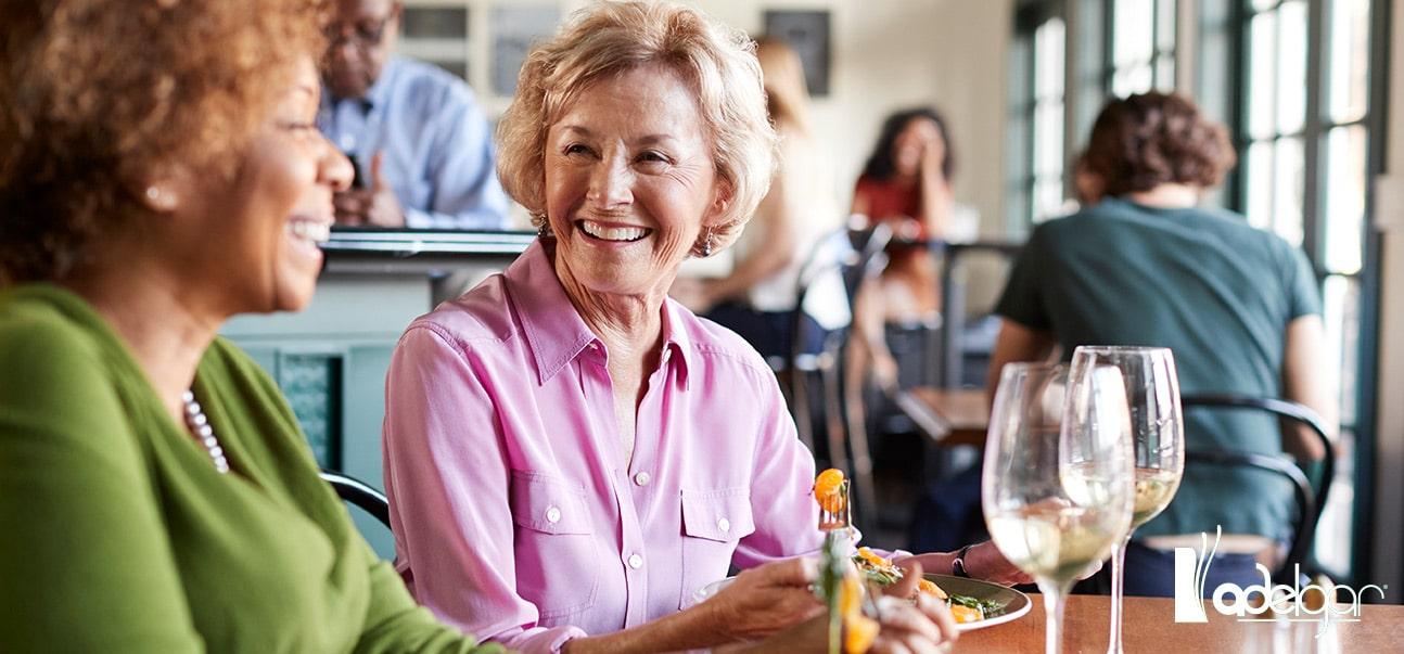 Durante la menopausia, muchas mujeres sufren un aumento de peso. Descubre por qué y qué puedes hacer para evitarlo.